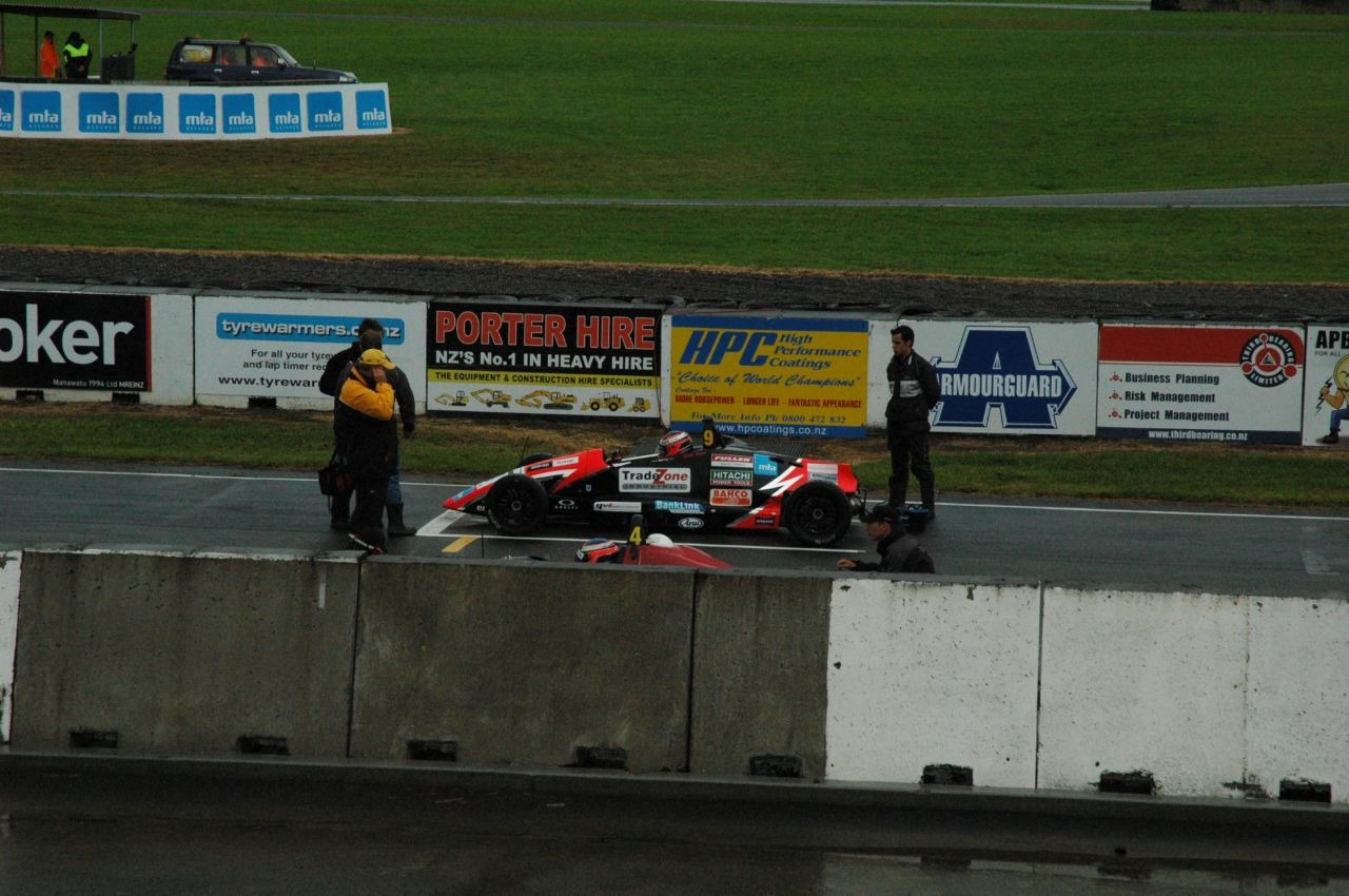 Look mum - no wings! Formula Ford on the starter grid