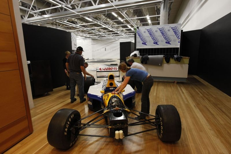 Backing the Williams into the gallery. © Te Papa, 2009.
