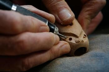 Brian Flintoff carving a nguru
