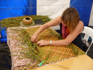 Weaving with kuta (elaeocharis sphacelata)