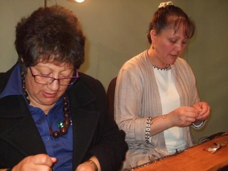 Kahu Te Kanawa and Veranoa Hetet weaving together. Copyright Te Papa.