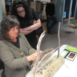 Pip weaving and talking with a visitor. Image copyright Te Papa.