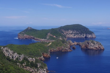 The Poor Knights Islands looking south, with Tawhiti Rahi in the foreground and Aorangi Island beyond. Image: Colin Miskelly, Te Papa