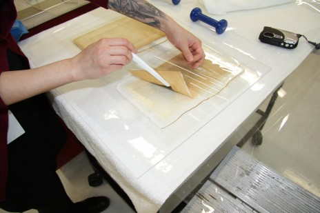 Gellan gum trial – test print being lifted to show discolouration penetrating Gellan gum layer. Photo by Jennifer Cauchi © Te Papa.