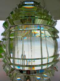 Fesnel lantern from a lighthouse, of a style that may have been used at Ohinau Island. Photo: Sue Clark. CCB-NC-SA2.0.