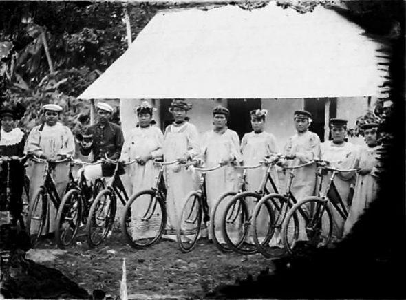 Keen cyclists, circa 1914, Cook Islands. Crummer, George. Te Papa