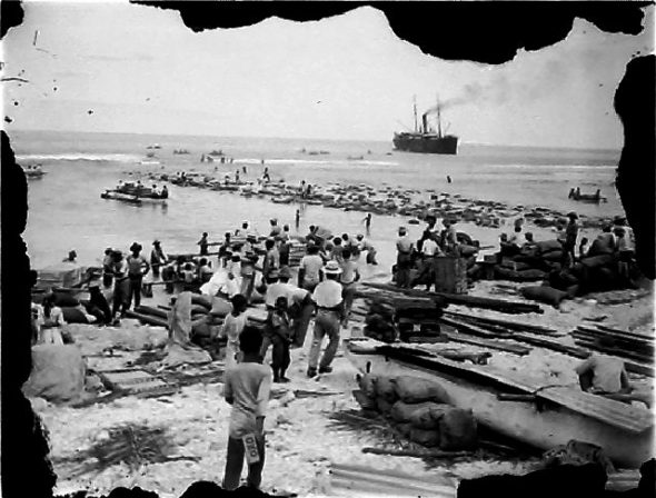 Landing of the longboats, circa 1910, Cook Islands. Crummer, George. Te Papa