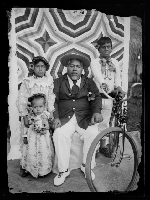 Family group, circa 1910, Cook Islands. Crummer, George. Te Papa