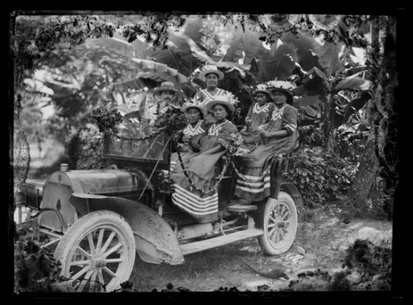 'Lure of the motorcar', circa 1914, Cook Islands. Crummer, George. Te Papa