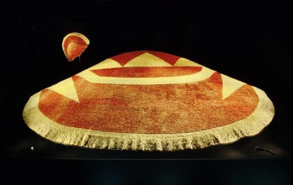 'ahu 'ula ( feathered cloak), 1700s, Hawaii, maker unknown. Gift of Lord St Oswald, 1912. CC BY-NC-ND licence. Te Papa (FE000327)