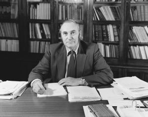 Richard 'Dick' Dell, Director of the National Museum, 1975. Photograph by Trevor Ulyatt. Image: Te Papa (MA_B.13190)