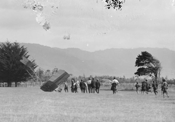 Scotland's crashed plane and crowd at Otaki, 27 January 1914, by James Parry. Gelatin glass negative (detail). Te Papa, B.012166.