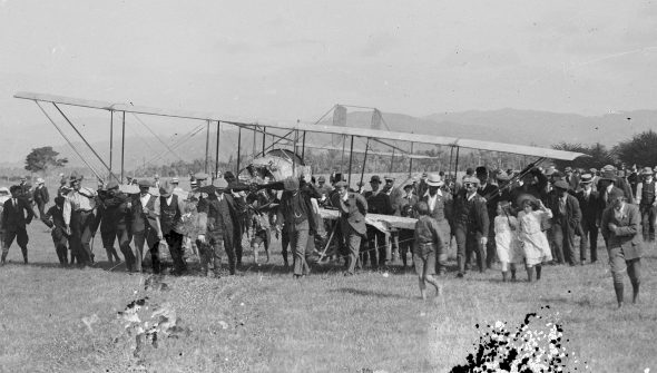 Scotland's plane and crowd at Otaki, 27 January 1914, by James Parry. Gelatin glass negative. Te Papa, B.012165.