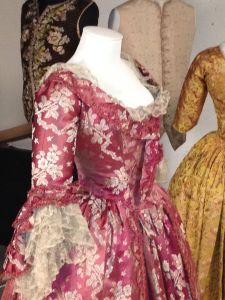 Robe à l'anglaise retroussé or English-back gown, 1770-1780. Te Papa.