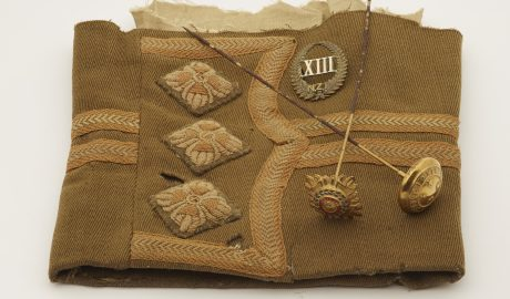 Uniform sleeve (partial), cap badge and hat pins, 1914-1918, New Zealand, maker unknown. Gift of Marianne Abraham, 2010. CC BY-NC-ND licence. Te Papa (GH016805)