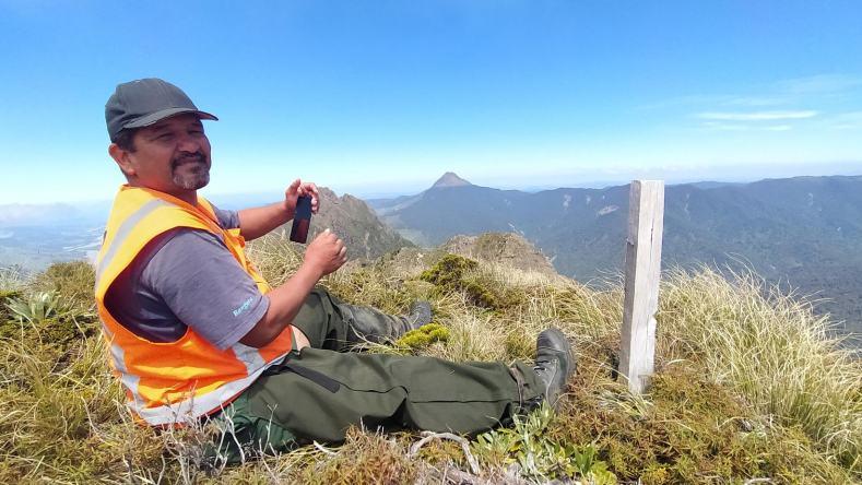Graeme on the summit of Whanokao looking across the Raukumara Range to his maunga, Hikurangi, Dec 2020. Photo by Heidi Meudt @ Te Papa.